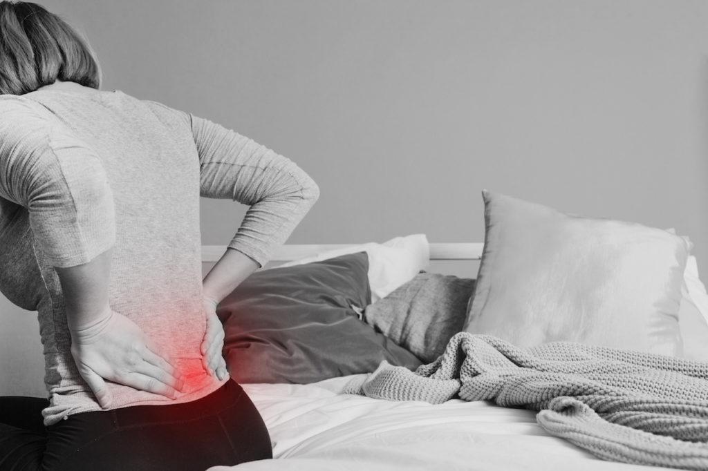 Frau mit Schmerzen im Rücken