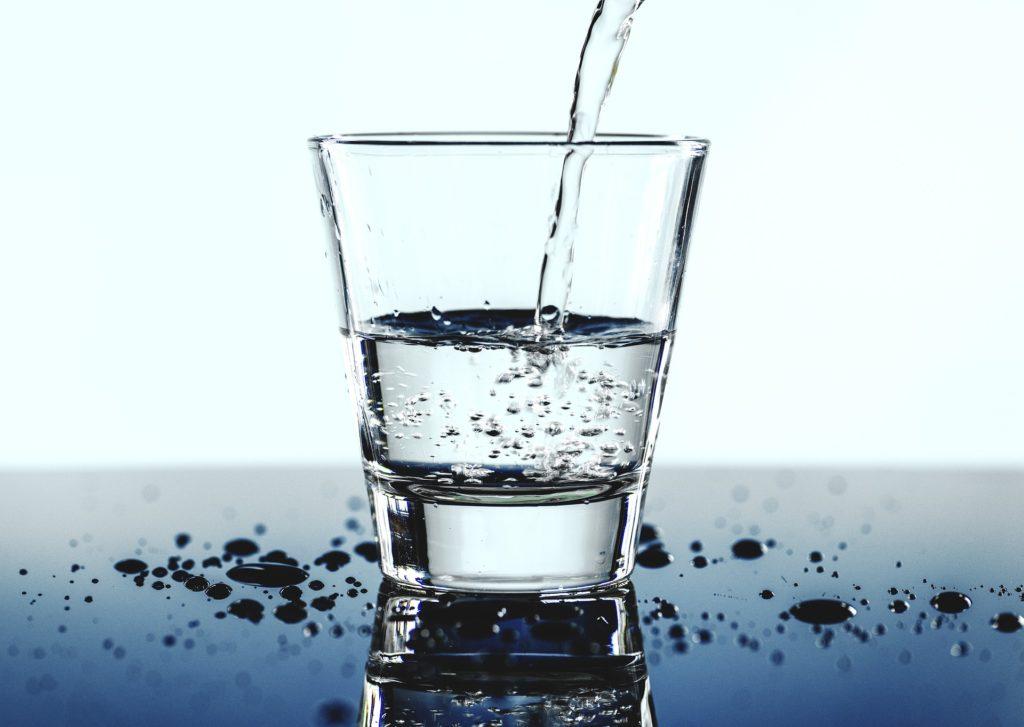 Wasser im Trinkglas