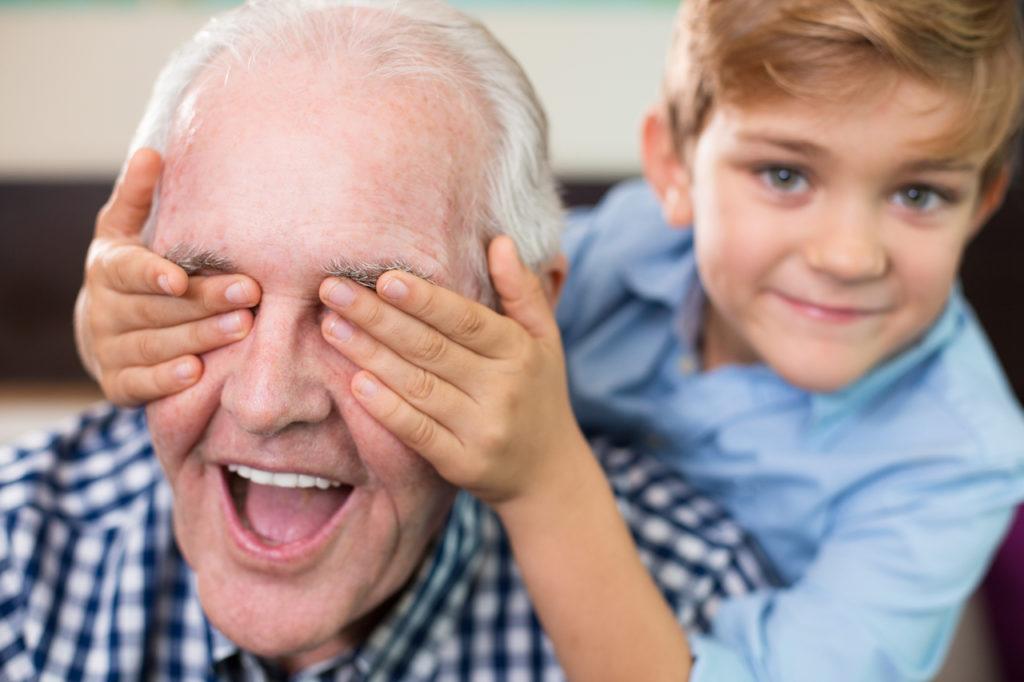Opa mit Enkel beim Spielen