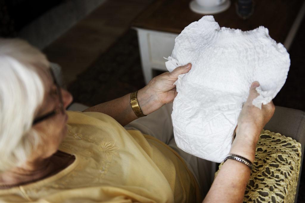Alte Frau mit Einlage bei Inkontinenz