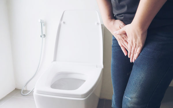 Frau mit Inkontinenz